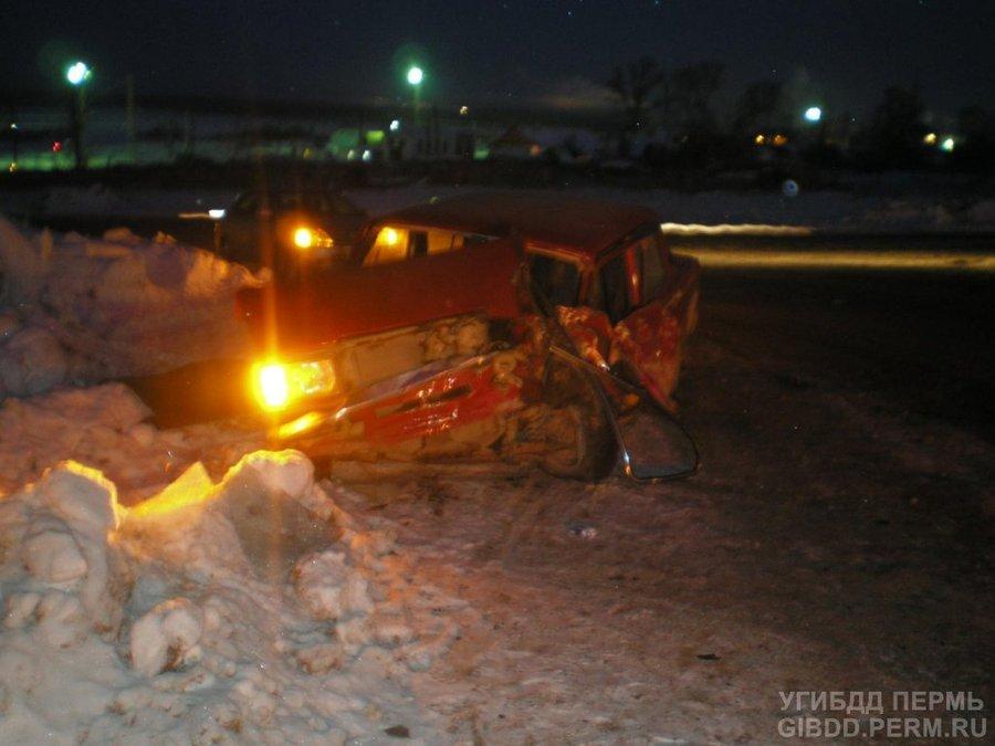 В Соликамске грузовик протаранил вазовскую легковушку и скрылся