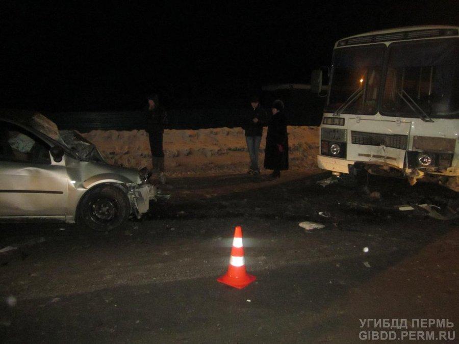 В Перми столкнулись Рено и автобус, двое погибших