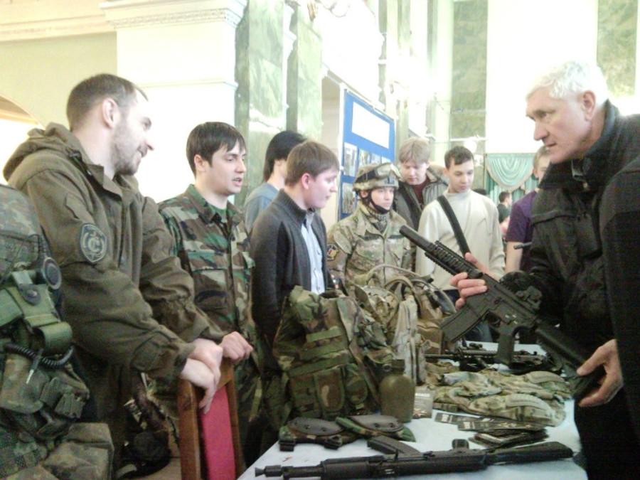 В Пермском Дворце пермяки любовались оружием - фото 19