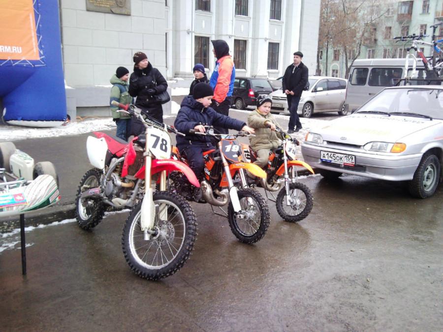В Пермском Дворце пермяки любовались оружием - фото 27
