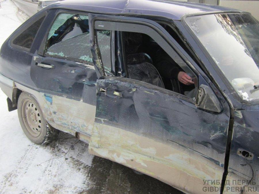 В Кировском районе Перми водитель Оды врезался в автобус