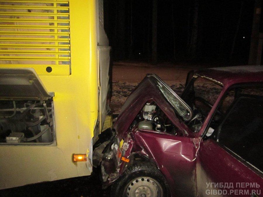 В Перми в столкновении «семерки» с автобусом один человек погиб, трое ранены
