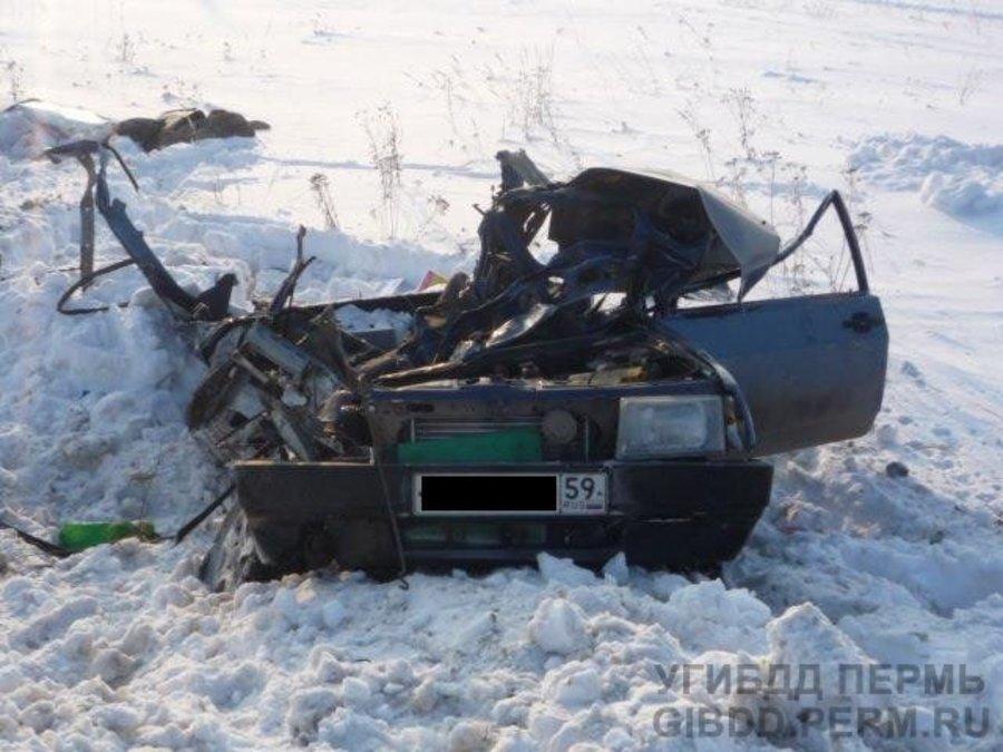 В Пермском крае пьяный водитель ВАЗа врезался в КАМАЗ - фото 1