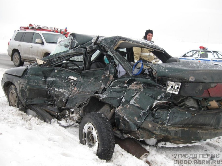 В Пермском районе при обгоне водитель ВАЗа врезался в фуру - фото 1