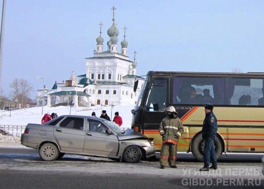 В Соликамске «десятка» столкнулась с рейсовым автобусом Сетра - фото 1