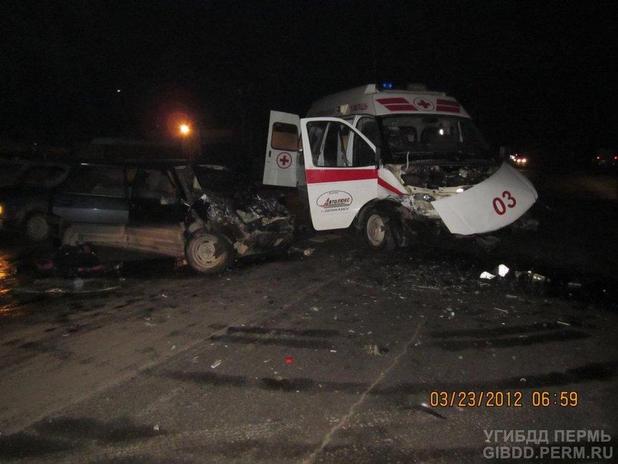 В Соликамске ВАЗ врезался в скорую помощь - фото 1