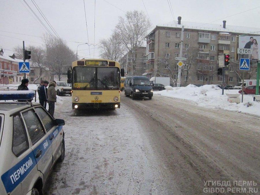 В Перми под маршрутный автобус попала 14-летняя девочка