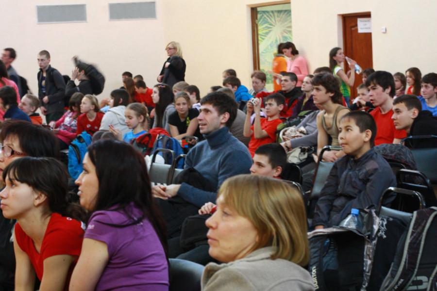 В Пермской гимназии российские юноши лазали по скалам - фото 2