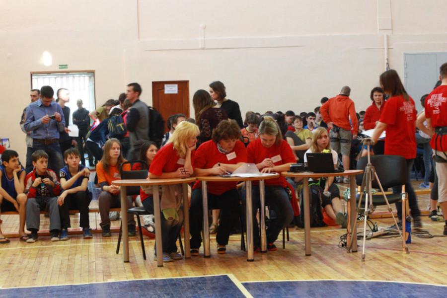 В Пермской гимназии российские юноши лазали по скалам - фото 4