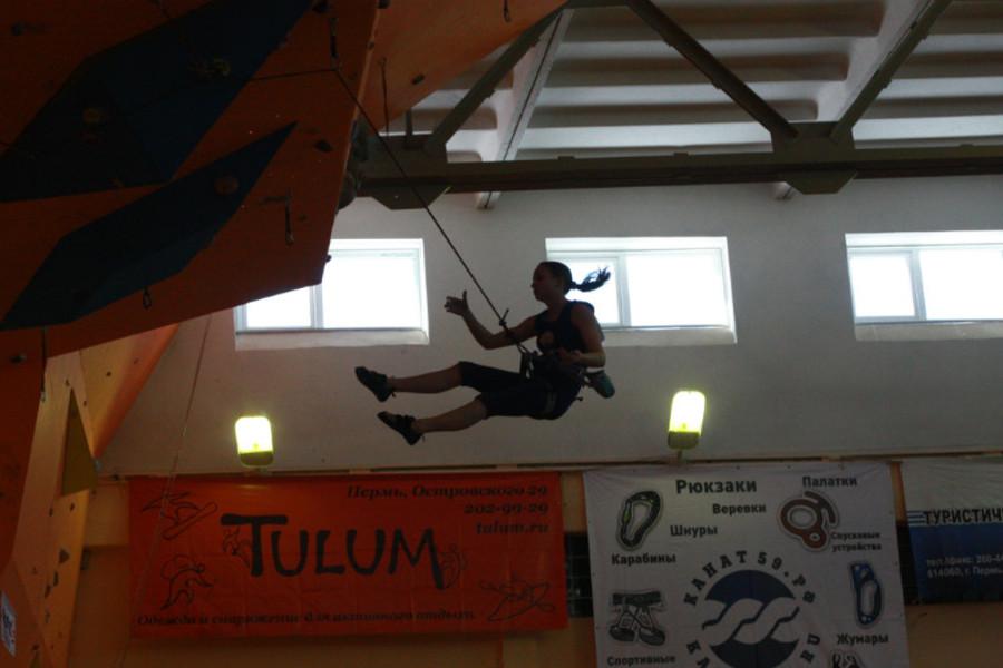 В Пермской гимназии российские юноши лазали по скалам - фото 6