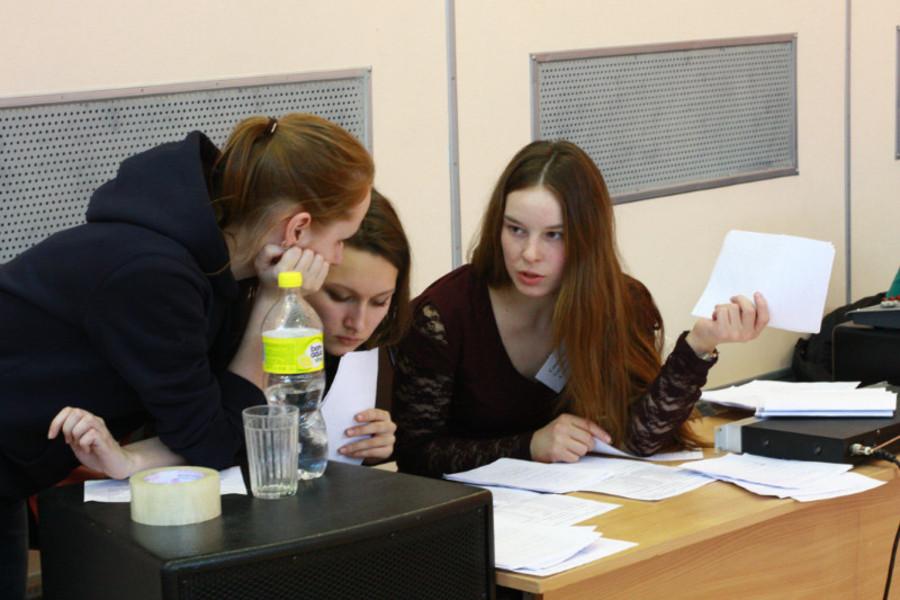 В Пермской гимназии российские юноши лазали по скалам - фото 8