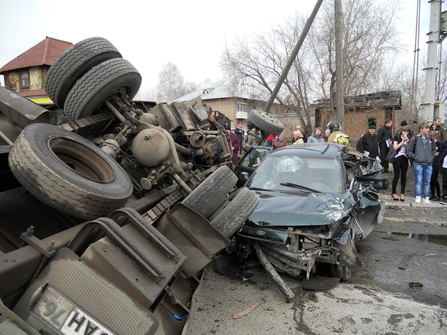 В Чусовом на переезде произошла авария с участием нескольких автомобилей - фото 1