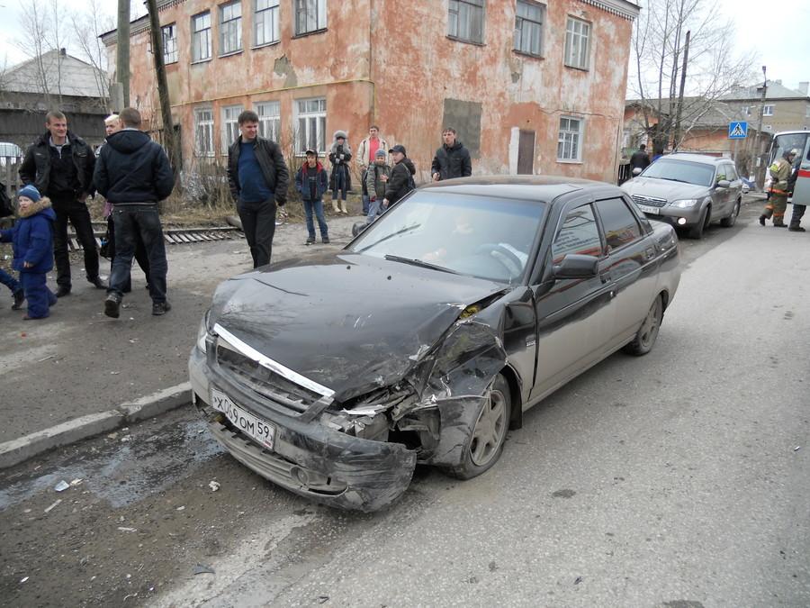 В Чусовом произошла авария с участием 5 машин, 2 человека травмированы - фото 1