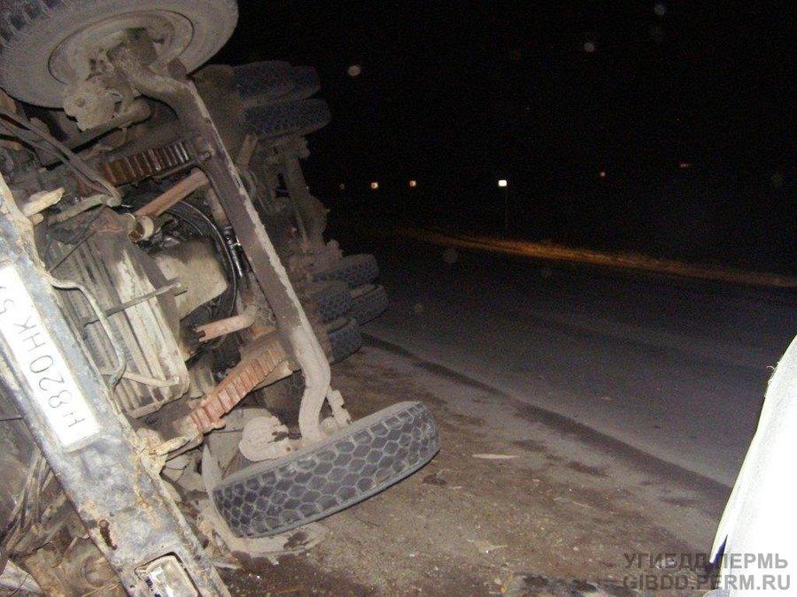 В Пермском крае водитель и пассажир КАМАЗа погибли в ДТП