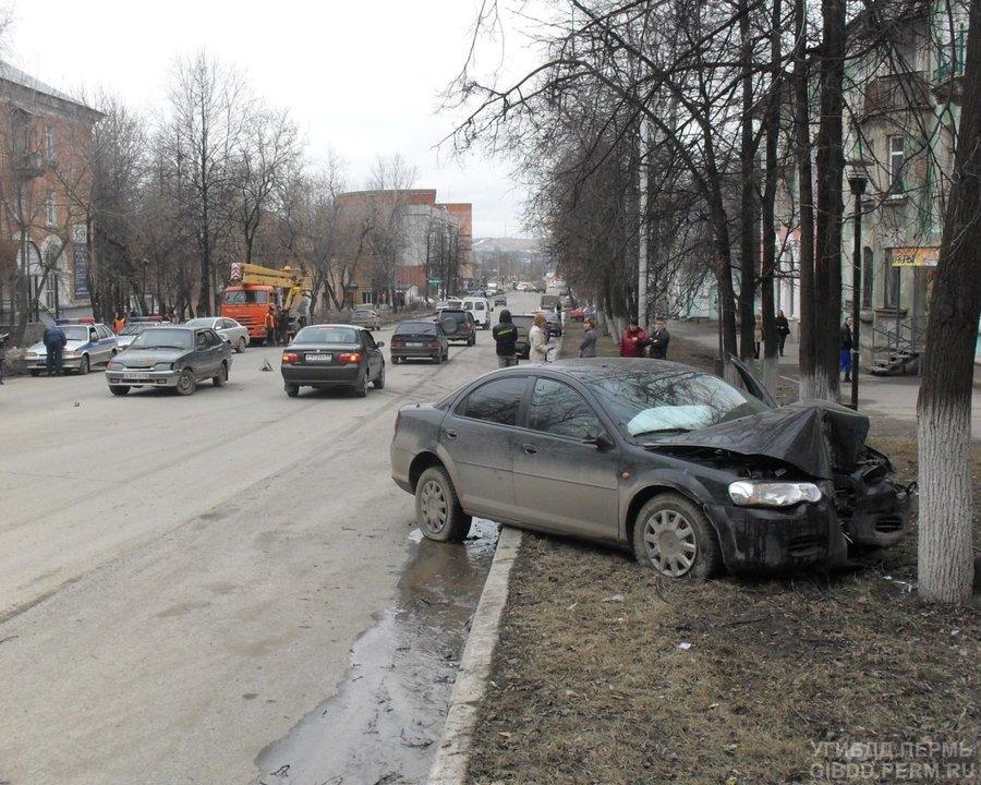 В Лысьве столкнулись ВАЗ и Крайслер - фото 1