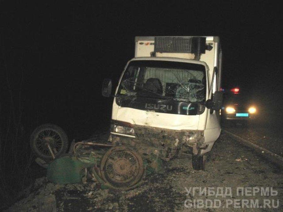 В Пермском крае грузовик наехал на мотоцикл и Форд - фото 1
