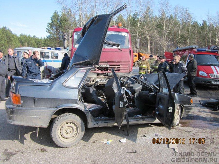 В Соликамске водитель ВАЗ 2115 не уступил дорогу КАМАЗу