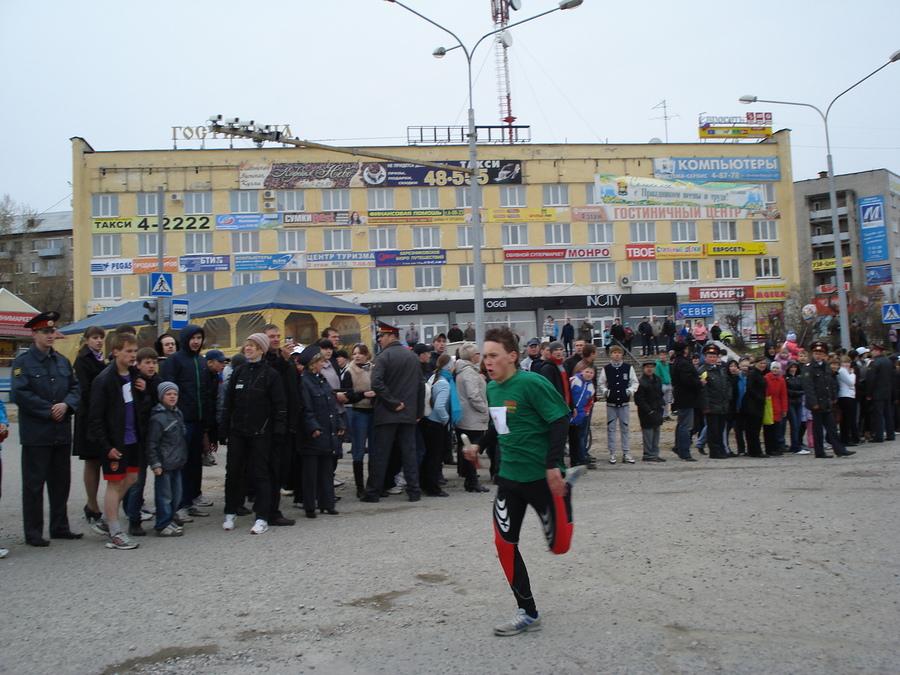 В Соликамске сегодня бегали под снегом и тянули КАМАЗ - фото 7