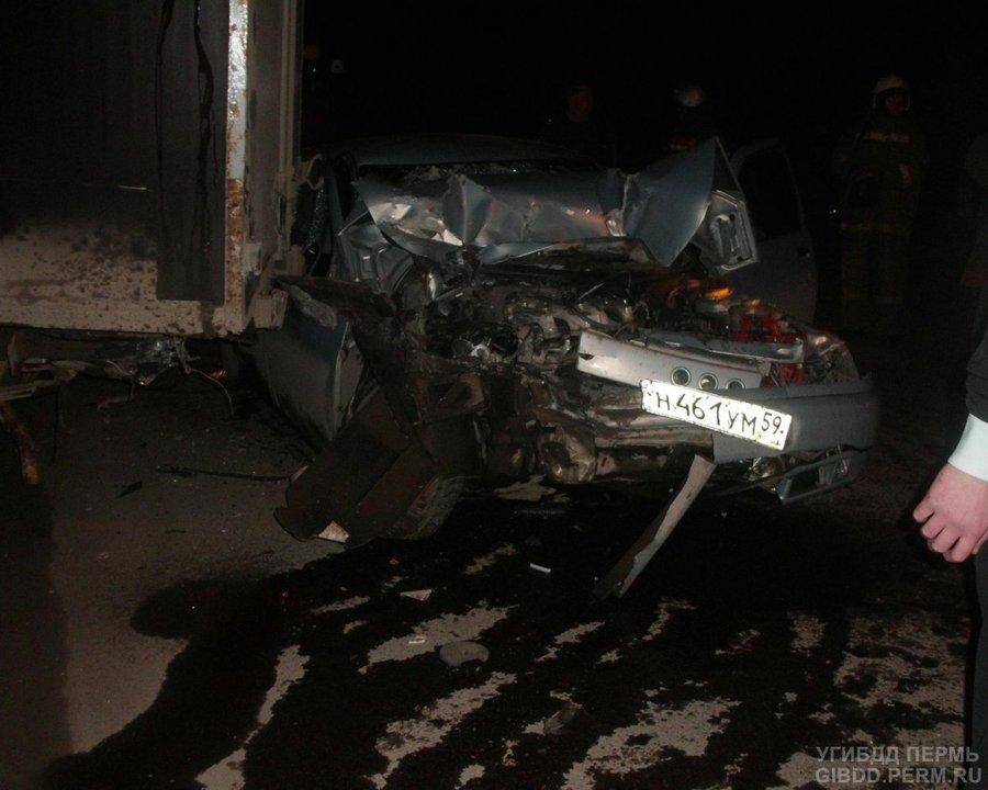 В Березниках ВАЗ столкнулся со стоящей Газелью, двое пострадавших