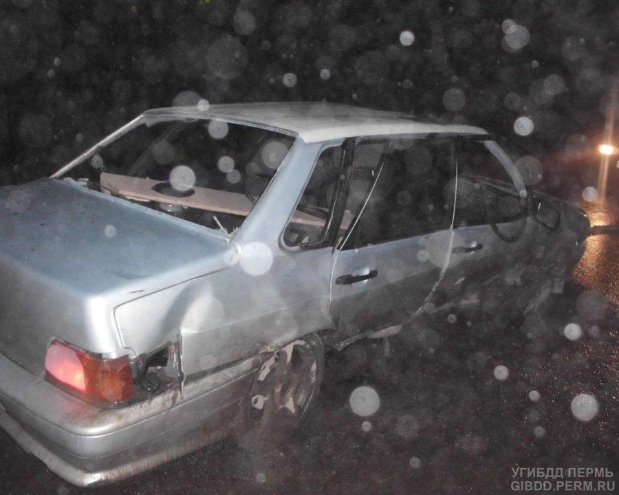 В Березниках водитель ВАЗа врезался в колодец - фото 1
