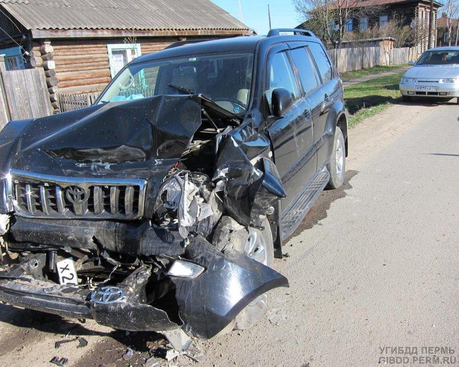 В Чердыни джип наехал на стоящую машину