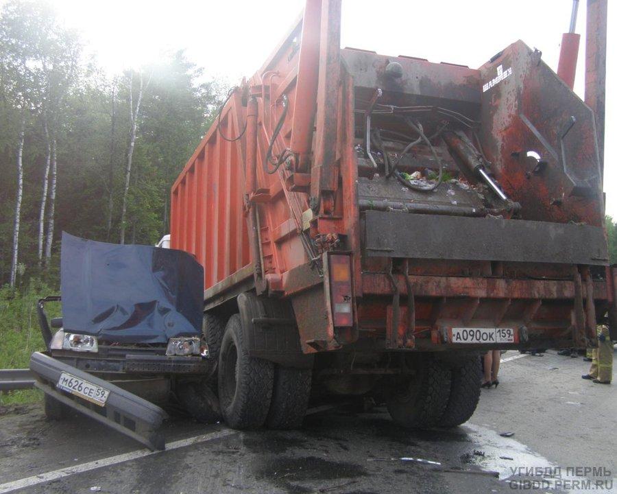 В Краснокамском районе в столкновении 3 автомобилей погибли 2 человека - фото 1
