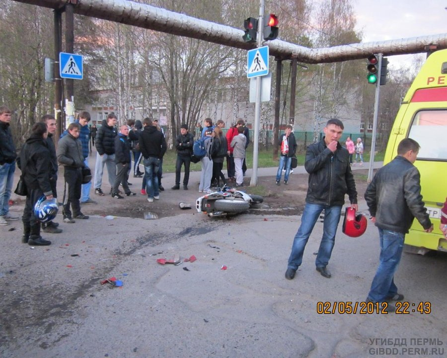 В Перми стокнулись две Хонды — автомобиль и мотоцикл - фото 1