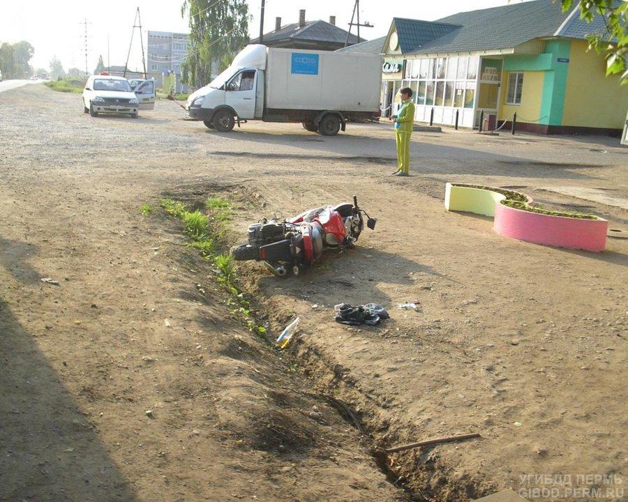 В Осе под колеса автомашины попал водитель мопеда с пассажиром