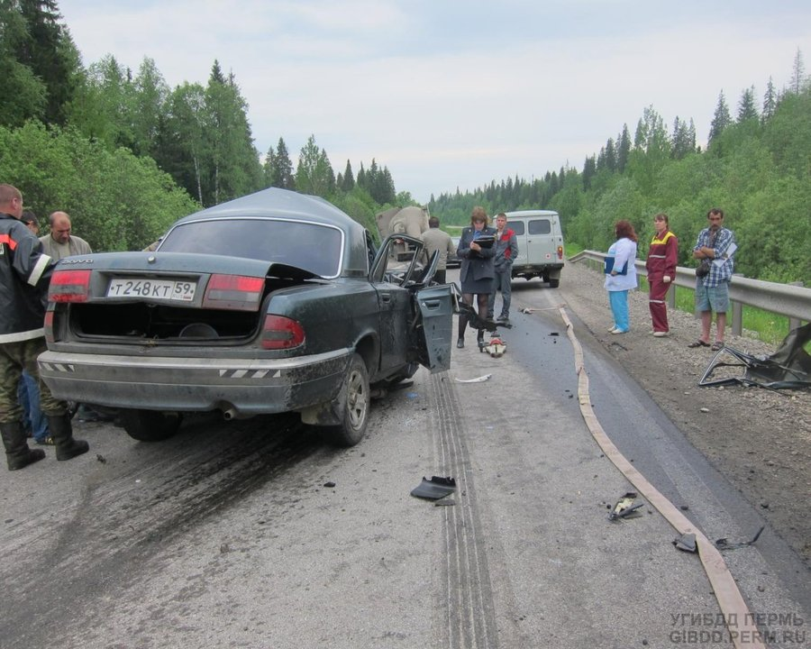 В Горнозаводском районе Волга столкнулась с Фредлайнером - фото 1