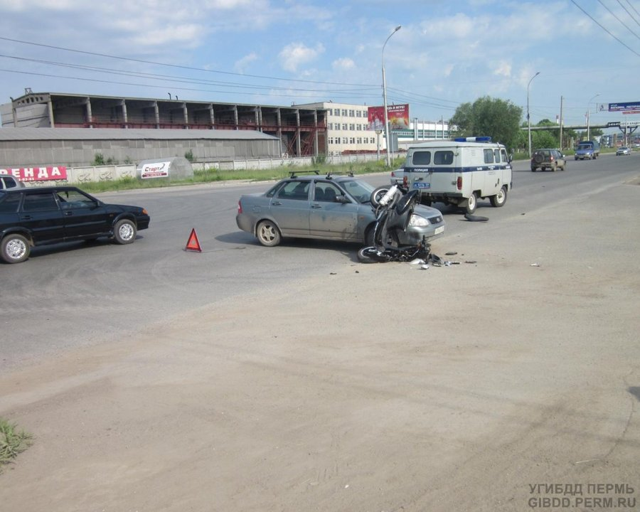 В Перми водитель Приоры сбил скутер - фото 1