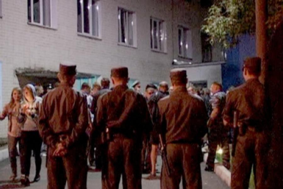 Жители Кирова организовали осаду травмбольницы, требуя смерти водителя, виновного в ДТП - фото 1