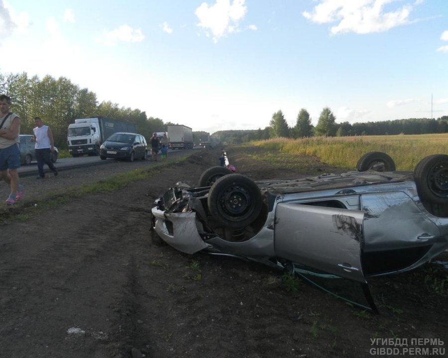 На трассе Пермь — Екатеринбург сразу две легковушки врезались в фуру