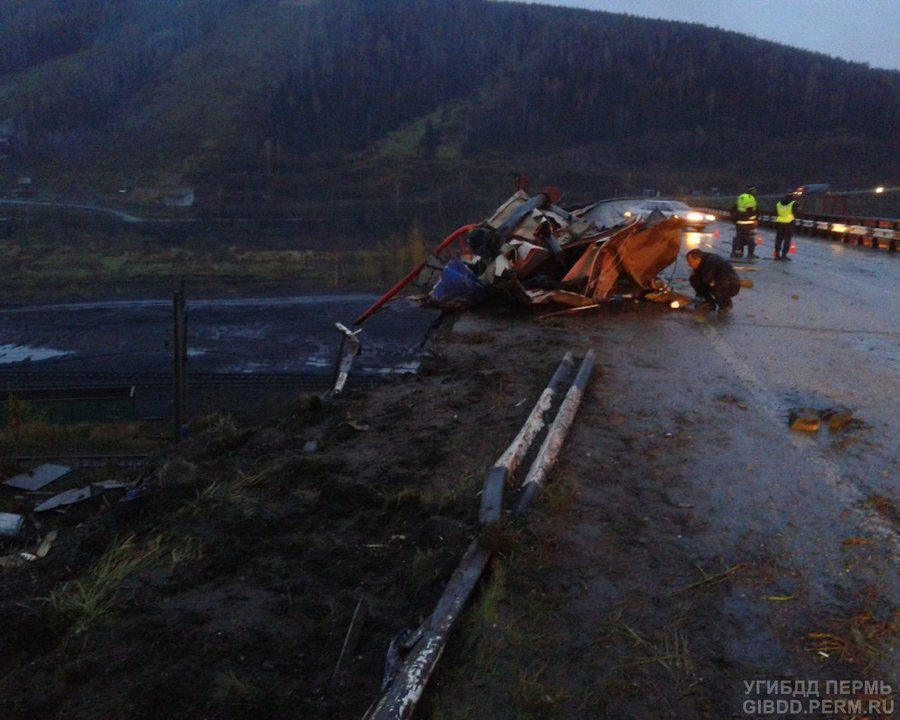 В Губахинском районе МАЗ упал под мост