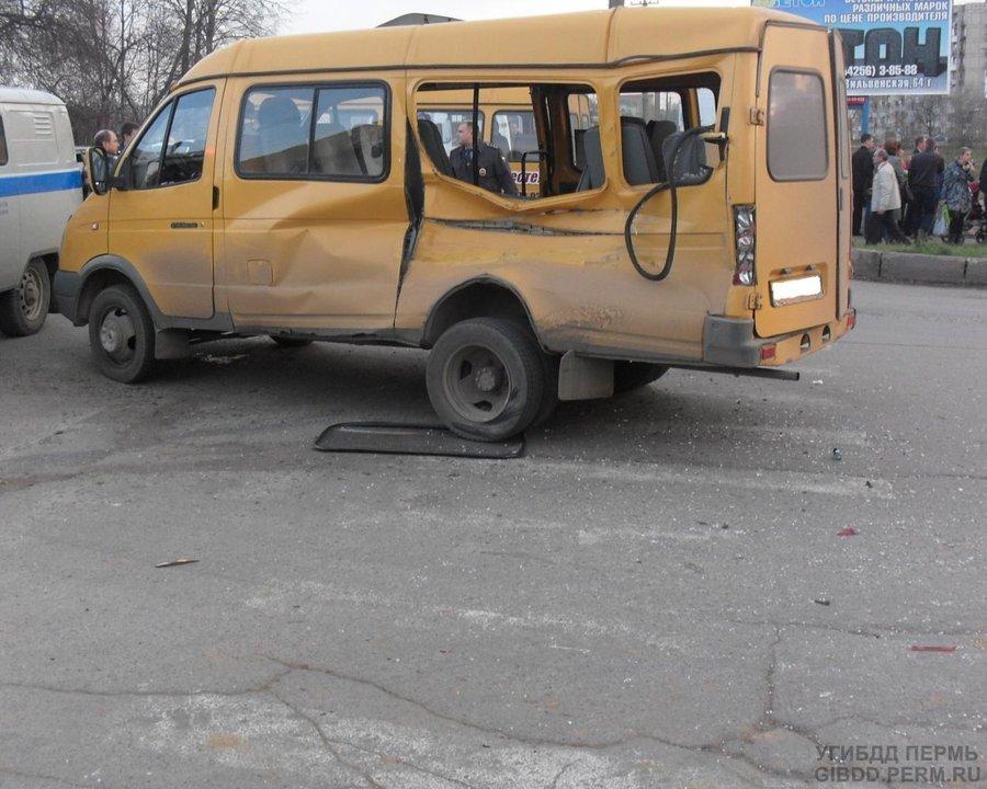В Лысьве пьяный водитель Урала врезался в автобус