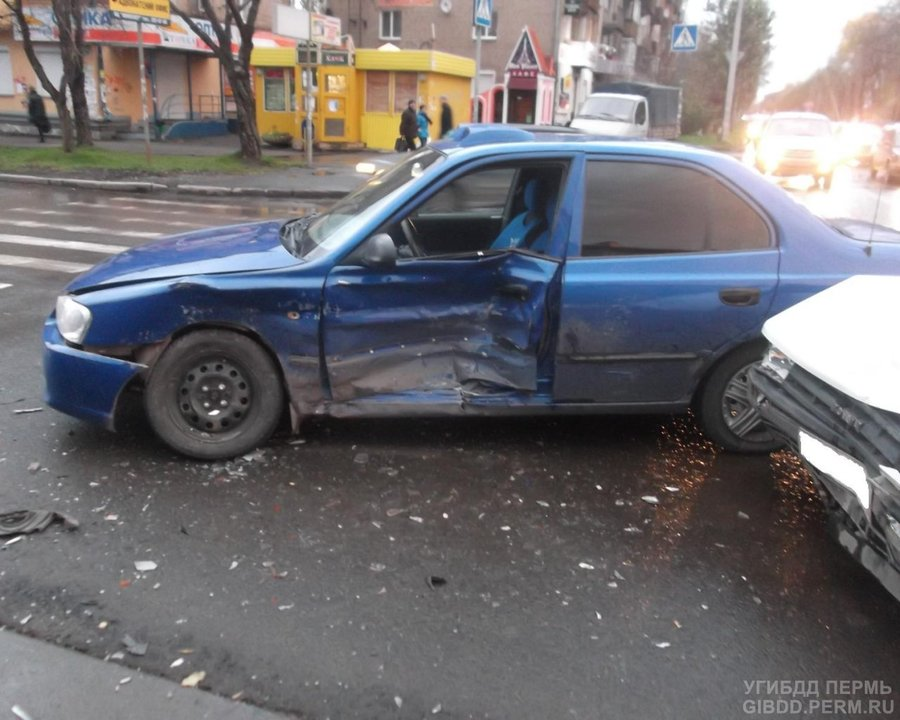 В Мотовилихинском районе Перми произошло столкновение Хендая с Тойотой