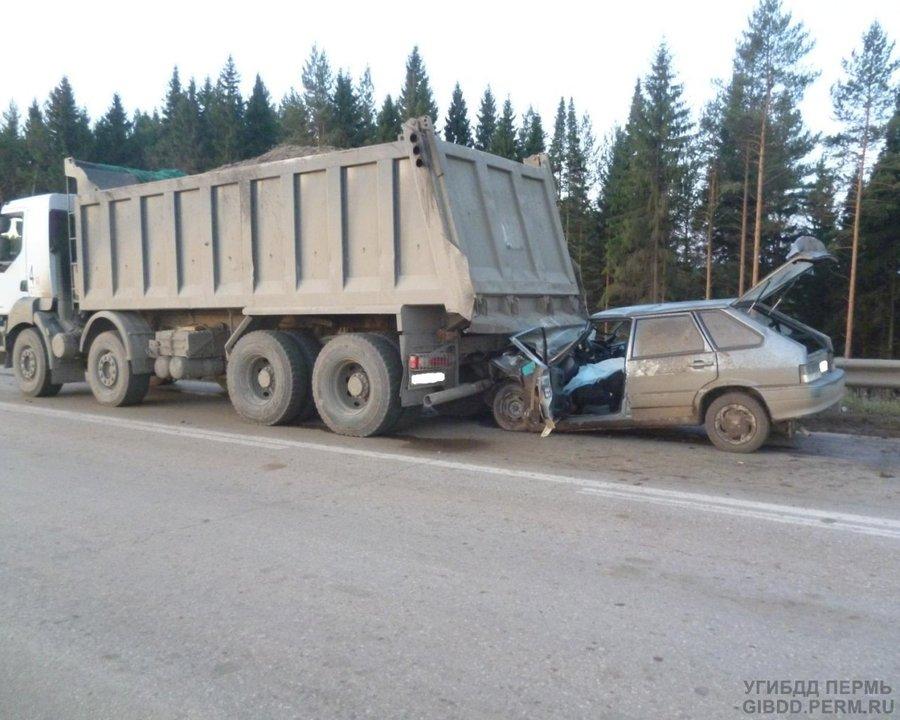 На трассе Пермь -Екатеринбург ВАЗ въехал под самосвал