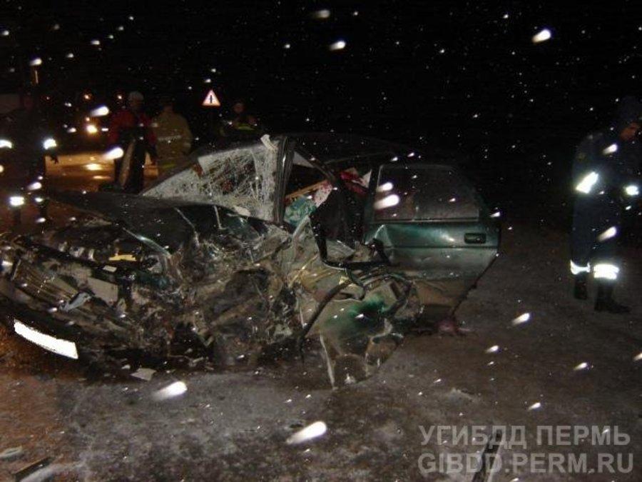 В Сивинском районе произошло лобовое столкновение ВАЗа и фуры - фото 1
