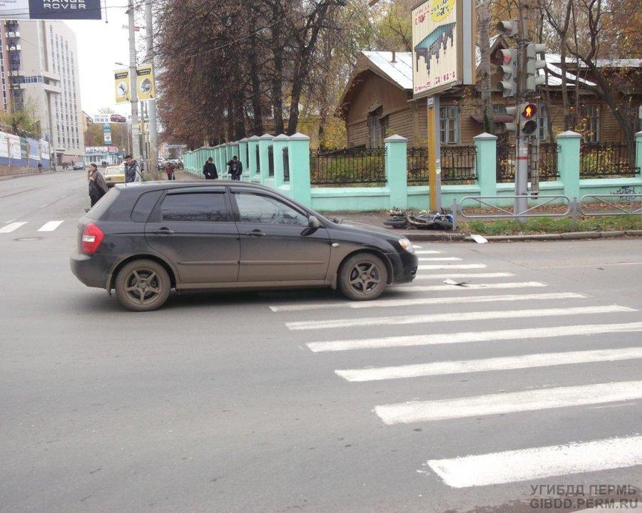В Перми в столкновении с Киа скутер отбросило на пешеходов
