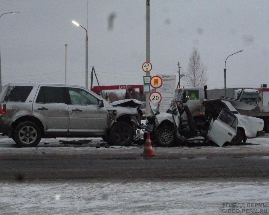 На автотрассе Пермь — Екатеринбург в столкновении с Лендровером погибли 2 человека из ВАЗа - фото 1