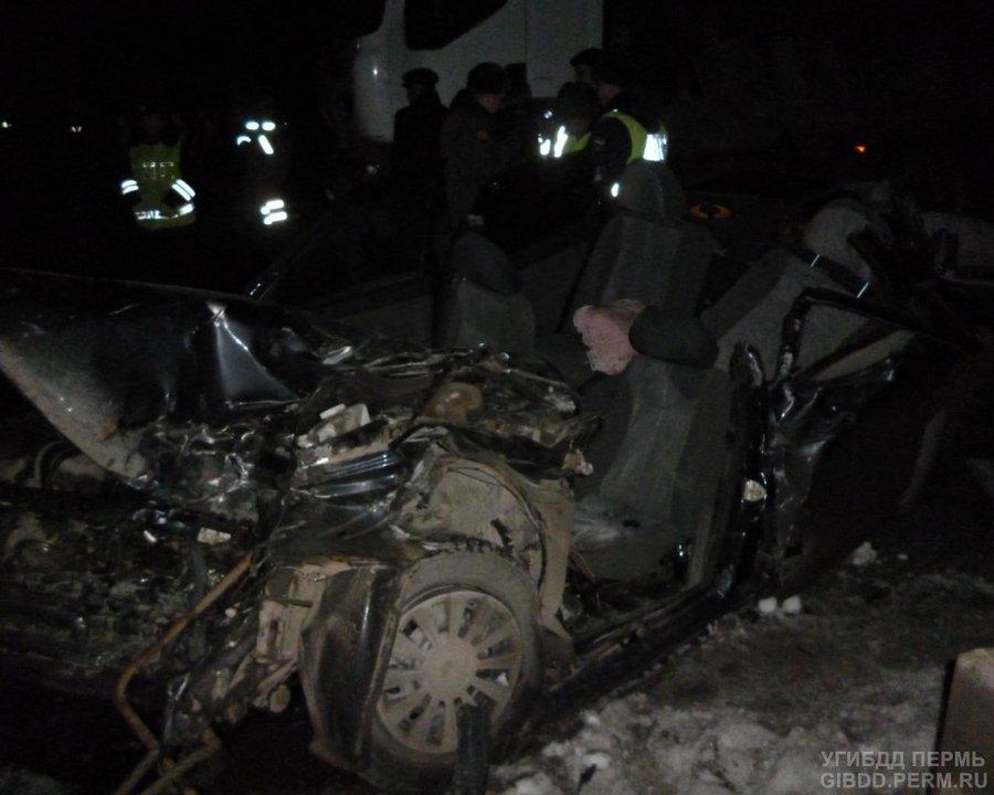 В Пермском районе десятка врезалась в грузовик, водитель погиб - фото 1