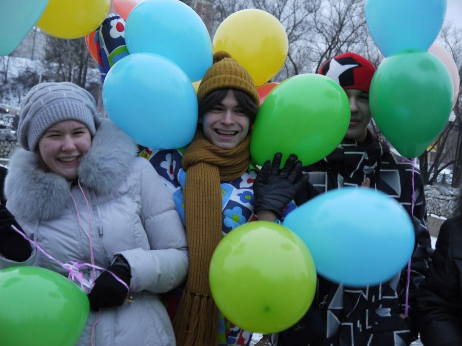Замерзшие пермяки отправили сотню шаров к солнцу