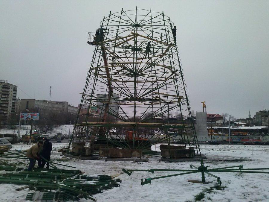 В Перми началось возведение главной новогодней елки края