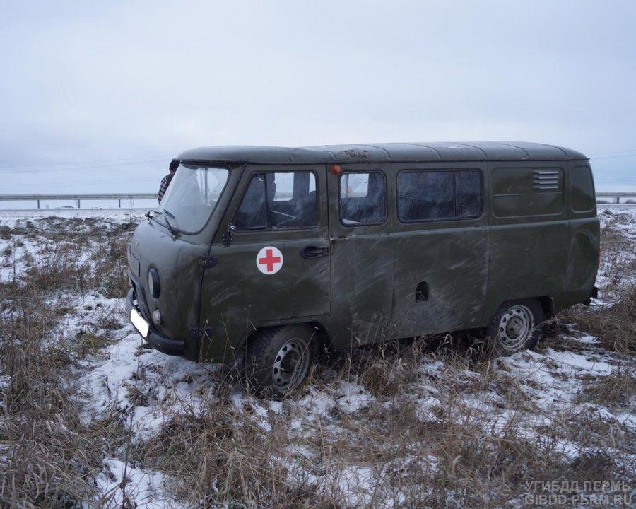 В Пермском районе скорая помощь опрокинулась в кювет - фото 1