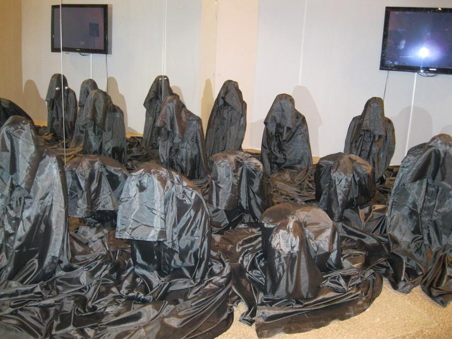 В Музее современного искусства все статуи надели маски