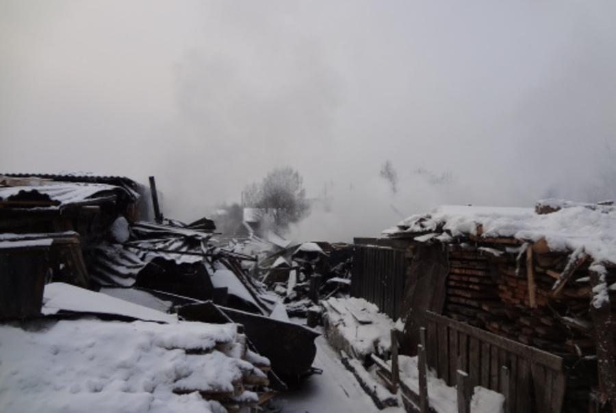 В Александровске сотрудники ГИБДД спасли на пожаре пожилых людей - фото 1