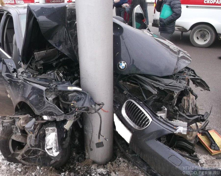 В Перми БМВ врезалась в столб, четверо пострадавших - фото 1