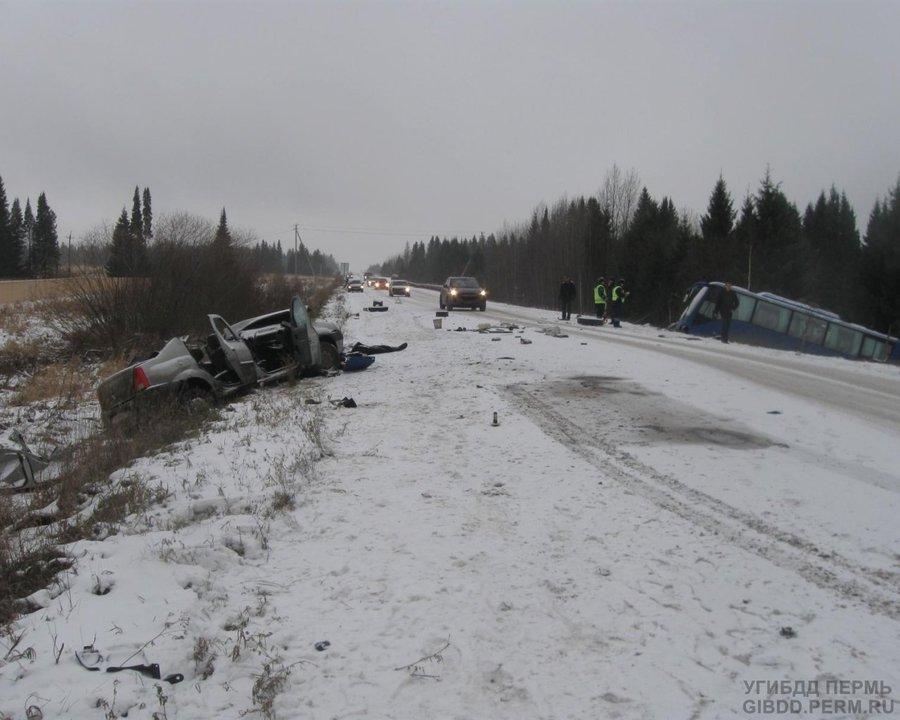 В Пермском районе в столкновении с автобусом погиб водитель Логана