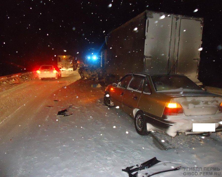 На трассе Пермь — Березники столкнулись три автомобиля, два человека погибли
