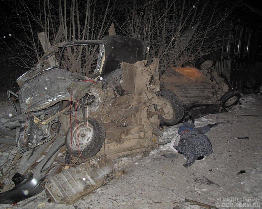 В Лысьве водитель ВАЗа врезался в дерево и погиб - фото 1