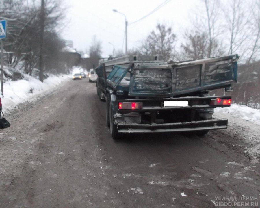 В Перми бетонная плита упала на автомобиль Шевроле Нива - фото 1